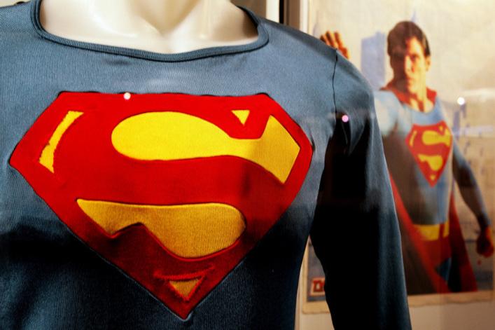 """DC漫画公司在美国""""出柜日""""推出超人双性恋角色"""